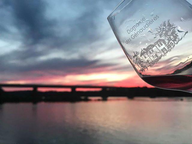 Verre de vins avec la Loire au crépuscule